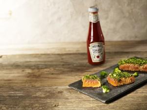 Minute de saumon mariné au ketchup Heinz,  juste saisi aux herbes Cliquez sur le visuel pour le télécharger